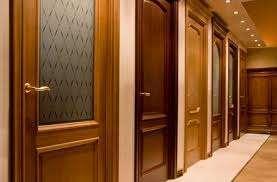 Из каких пород производят деревянные двери?